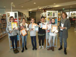 Stolze Vorleser: Daria Jovanovic (6a), Maresa Burkert (6e), Jakob Schmutz (6c), Kenan Kocyigit (6d) und Sina Wohnhaas (6b) mit Anne Kirchhoff